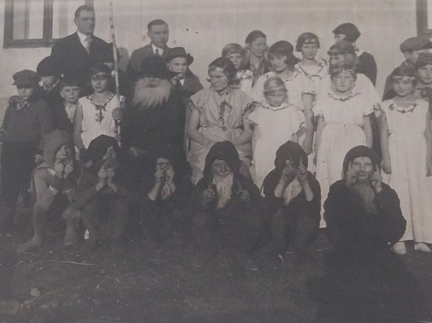 Divadelní představení v Lomci, žáci tehdejší školy