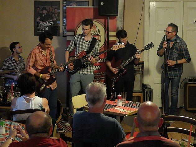 Charlie Slavík a argentinský kytarista Daniel De Vita zahráli v Blues Café