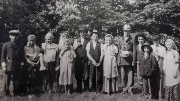 Děti při divadelním představení v roce 1960