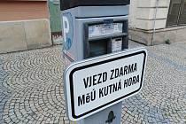 Informace na parkovacím automatu v Husově ulici v Kutné Hoře o bezplatném vjezdu do centra města.