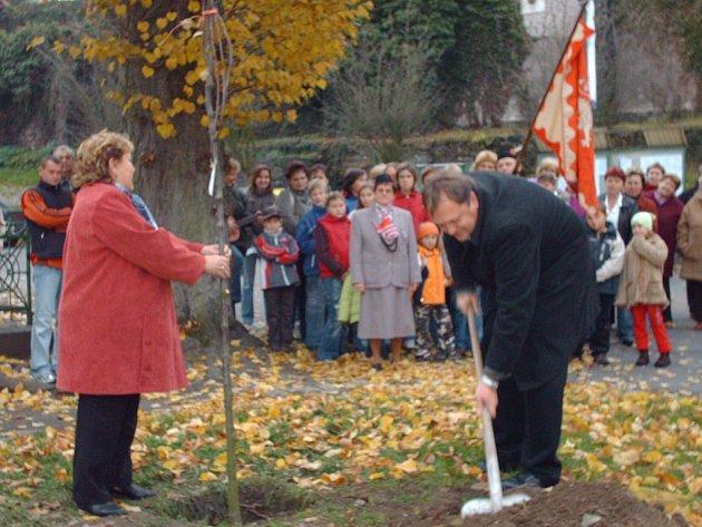 Starosta Žlebů Vladimír Šindelář společně se starostkou Evou Vojáčkovou sází lípu.