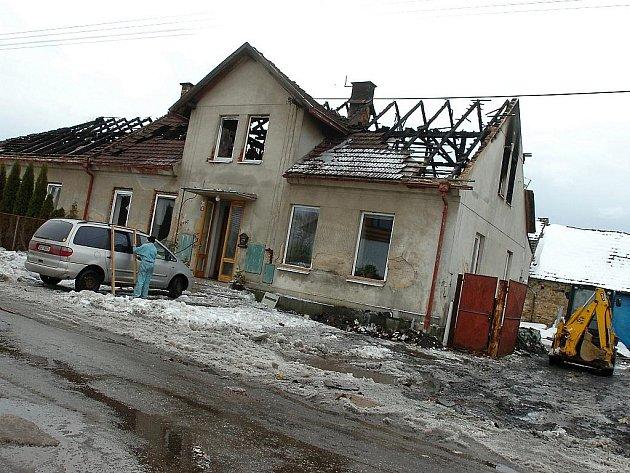 Požárem zničený dům v obci Chmeliště.