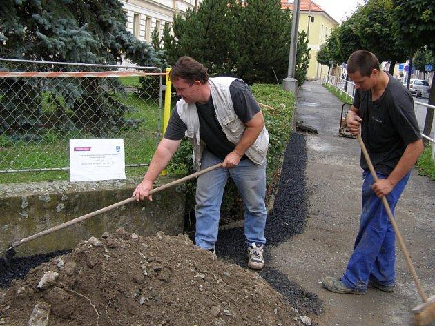 Úprava prostranství po zavedení kabelů veřejného osvětlení v Uhlířských Janovicích.