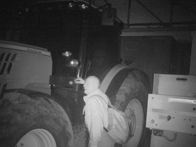 Policisté pátrají po pachateli, který vareálu Zemědělského obchodního družstva vPotěhách kradl naftu.