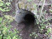 Vchod do sklepení bývalého hradu Chlum.