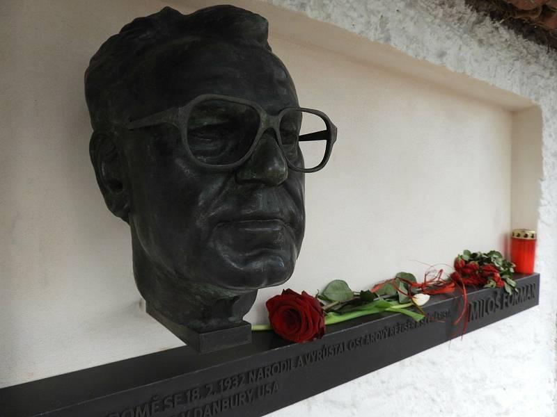 Busta Miloše Formana na jeho rodném domě v Čáslavi.
