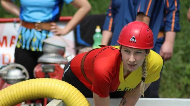 Součástí soutěže v Horních Bučicích byl i požární útok. Na snímku členka vítězného týmu Uhlířských Janovic.