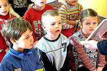 Děti z Mateřské školy Dačického povídání o Velikonocích zaujalo.