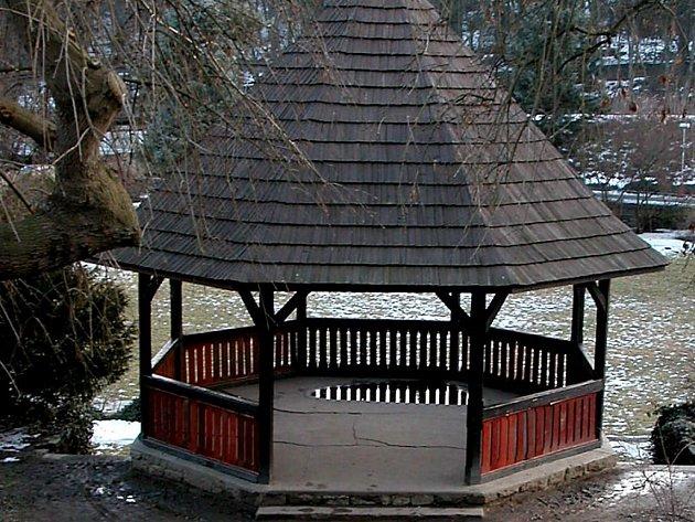 Altán v parku pod Vlašským dvorem.