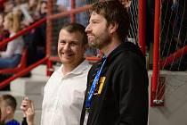 Manažer kutnohorské sportovní haly Klimeška Michal Vavák (v černém) se svým kolegou správcem Radimem Puchýřem (vlevo).