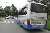 Dopravní nehoda ve Zruči nad Sázavou: střet ženy a autobusu na přechodu pro chodce.