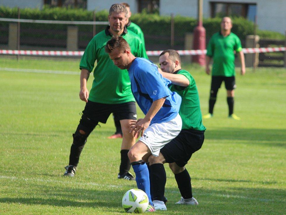 Červenojanovický fotbalista Zdeněk Schneiderwind (u míče) v utkání s Kačinou.