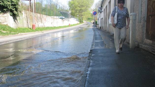 Následky havárie vodovodu v ulici Sportovců v Kutné Hoře.