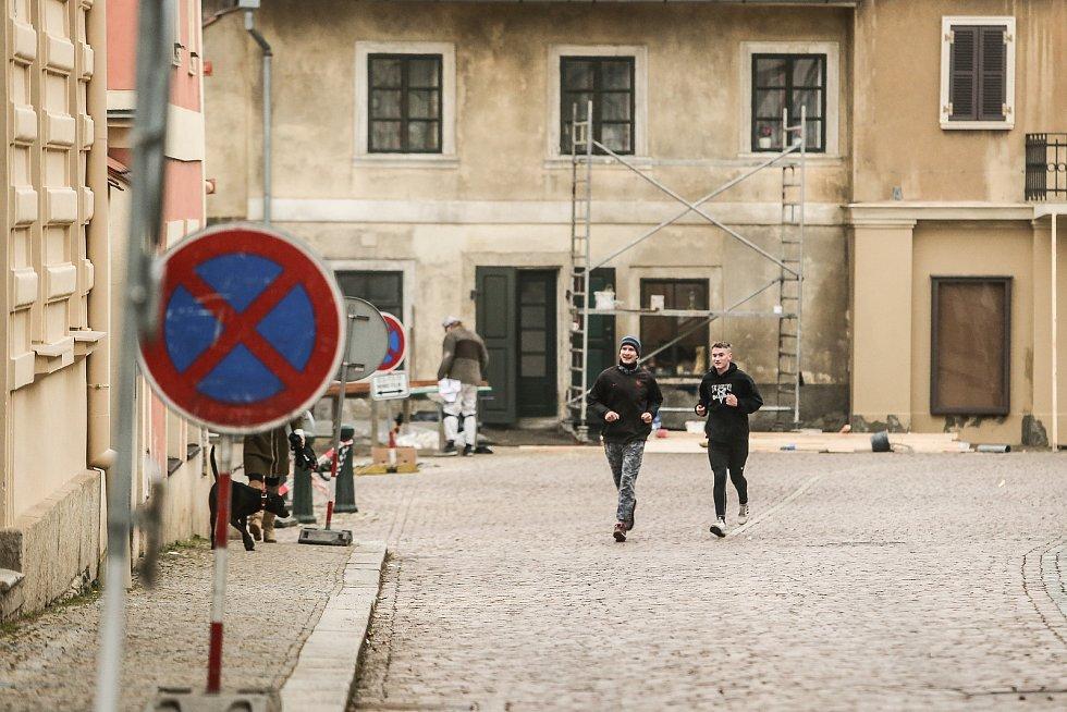 Přípravy na natáčení filmu na kutnohorském Jungmannově náměstí a přilehlém okolí.