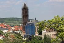Věž kostela sv. Jakuba pod lešením