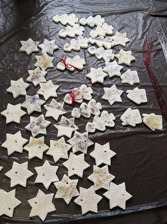 Z výroby vánočních ozdob v denním stacionáři pro seniory Anima v Čáslavi.