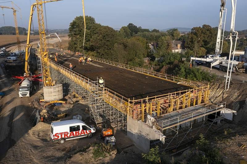 Ze stavby mostu na silničním obchvatu kolem Církvice.