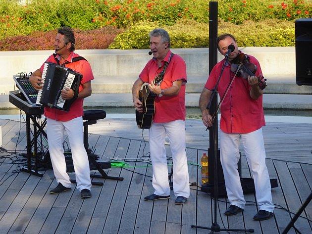Pepino Matura Band zahrál na vodním pódiu v zahradách GASK
