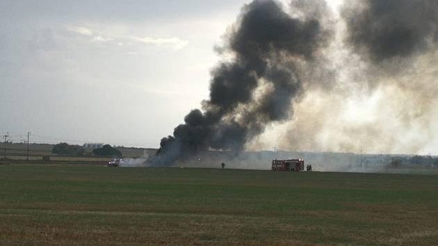 Požár nákladního auta na poli u Hlízova.