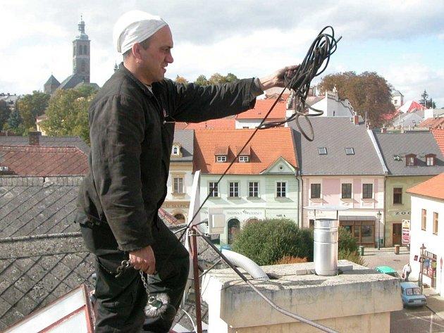 Komíny se v poslední době vymetají stále méně, což k jejich bezpečnosti příliš nepřispívá. Oproti minulým dobám je povinností každého z občanů, aby si kominíka objednali. Jedním z těch, kteří působí v Kutné Hoře, je Stanislav Košnar (na snímku).