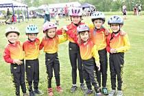 Děti z močovické hasičské přípravky na Festivalu na zelené louce v Senetíně.