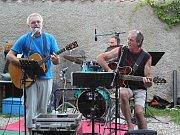 V parku U Tří pávů zahrála country kapela Trampoty.