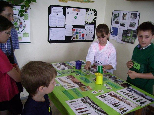 Závěrečná výstava projektu Odpad z nebe nespad ve školní družině Základní školy v Záboří nad Labem.