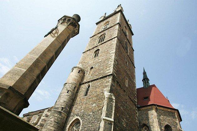 Výhled do krajiny by mohla brzy nabídnout vedle rozhledny naVysoké, u Žandova a věže kostela Petra a Pavla v Čáslavi (na snímku) také nová rozhledna mezi Přibyslavicemi a Bratčicemi.