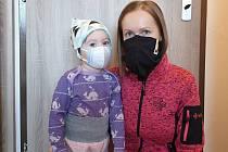 """""""Máme velký strach. Jakákoli infekce, natož infekce dýchacích cest, může totiž způsobit našemu dítěti těžké zdravotní následky,"""" reagovala na situaci Michaela Kořínková ze Šumperka, maminka dvouleté Elenky, která má cystickou fibrózu."""
