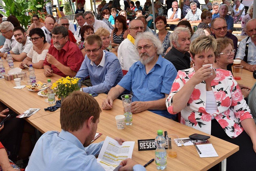 Zástupci Kácova převzali modrou stuhu za společenský život vobci v rámci soutěže Vesnice roku Středočeského kraje