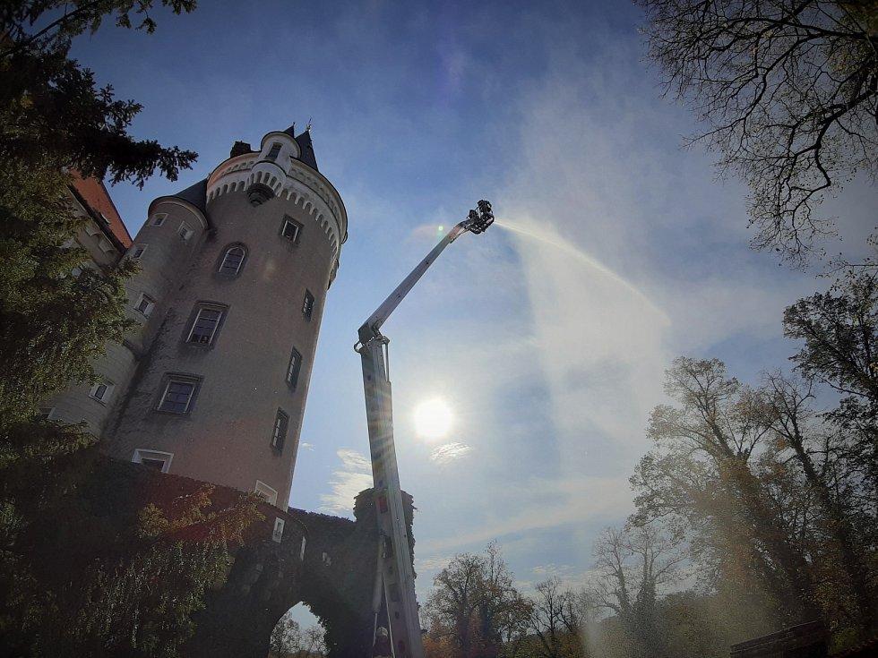 Z cvičeného požáru v kuchyni na zámku ve Žlebech.