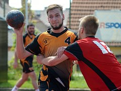Kutnohorští házenkáři (v oranžovo-černém) potěšili své fanoušky a doma zvítězili 24:23 nad Ledčí.