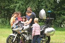 Policisté na dětském táboře.
