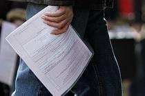 """Dokumentů, které je při podání žádosti o společné zdanění manželů potřeba dát """"do kupy"""", je pěkná řádka, jak popisuje muž, který tento právní úkon podstoupil."""