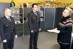 Statečné policisty Luboše Nagy (vlevo) a Michala Janouška ocenila okresní policejní ředitelka Blanka Matějů.
