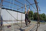 Jednou z překážek na stadionu Olympia bude i venkovní ručkovací konstrukce z nejrůznějšími typy úchytů.