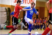 Petr Šnídl (v modrém) hrál tradičně výborně, ale prohriu futsalistů Kladna neodvrátil.