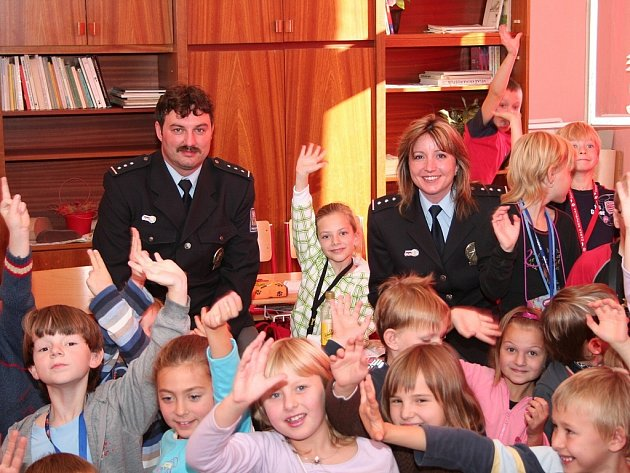 Policisté Vendulka Hanzlová a Daniel Votroubek mezi dětmi ve škole.