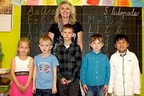 Prvňáčci ze Základní školy v Krchlebech s třídní učitelkou Jitkou Domasovou ve školním roce 2019/2020.