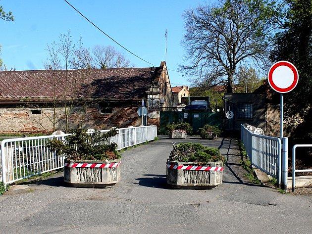 Zavřený most v Potoční ulici v Kutné Hoře.
