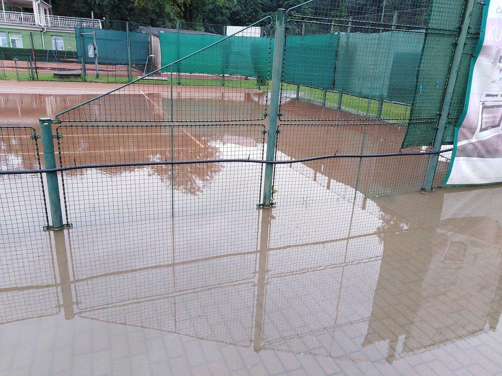 Zaplavený tenisový kurt v čáslavských Vodrantech.