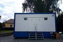 Provizorní toalety s hygienickým zázemím u Vlašského dvora v Kutné Hoře.