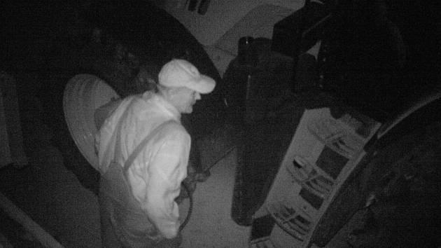 Policisté pátrají po pachateli, který v areálu Zemědělského obchodního družstva v Potěhách kradl naftu.