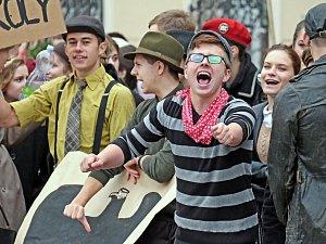 160 + 20, studenti Gymnázia Jiřího Ortena oslavili výročí průvodem Kutnou Horou