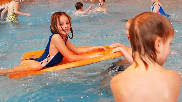Lekce plavání v kutnohorském krytém bazénu.