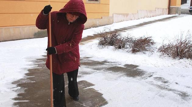 Zodpovědný majitel domu o sousedící chodník v zimě důkladně pečuje.