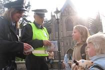 Policistka Vendulka Hanzlová a strážník městské policie Milan Pěgřímek s žáky kutnohorské Základní školy v Kremnické ulici.