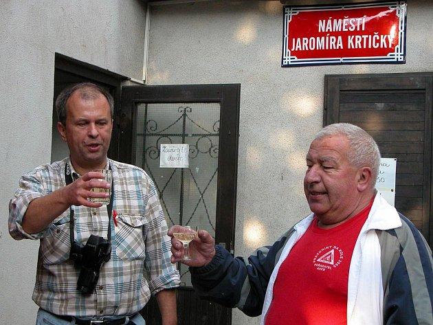 Jaromíru Krtičkovi (vpravo) se za jeho života dostalo pocty v podobě symbolického pojmenování plácku před oddílovou klubovnou jeho jménem.