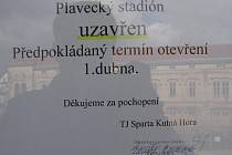 Upozornění návštěvníkům na vstupních dveřích kutnohorského plaveckého stadionu.
