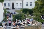 Zahradní slavnost se zpěvákem Petrem Rezkem v Domově Barbora v Kutné Hoře.